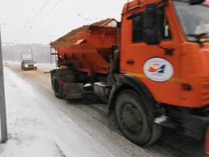 Последствия снегопада устраняют более 70 единиц спецтехники