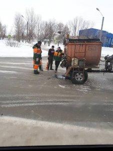 Служба по ремонту дорог АО «Дорэкс» продолжает работы по ямочному ремонту городских дорог в зимних условиях
