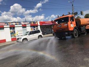 """С наступлением жаркой погоды 3 поливомоечные машины АО """"Дорэкс"""" работают сегодня в разных районах города Чебоксары"""