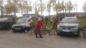 Работники АО «Дорэкс» вышли на уборку прилегающей территории