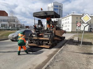 Служба по ремонту дорог АО «Дорэкс» продолжает работы по ямочному ремонту.