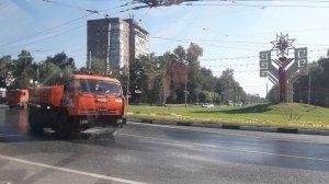 Поливка дорожного покрытия в жаркие дни.