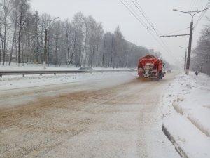 Работы дорожно-эксплуатационной службы во время снегопада