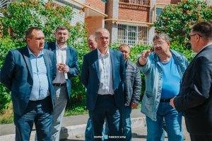 Ход работ по благоустройству дворовых территорий проверил глава администрации Алексей Ладыков